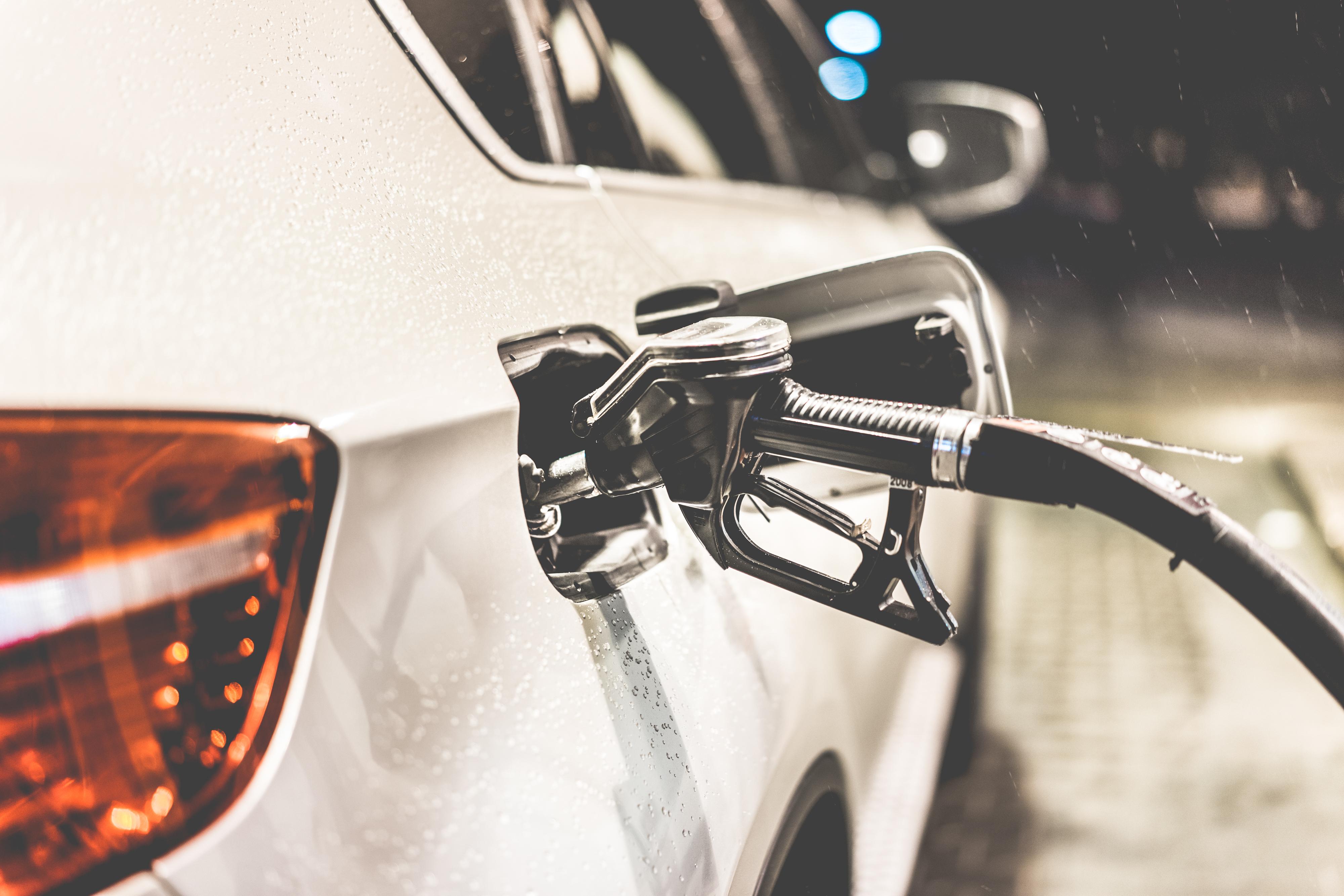 llenando gasolina